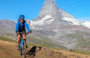 Biker und Matterhorn im Wallis by Swiss Bike Tours