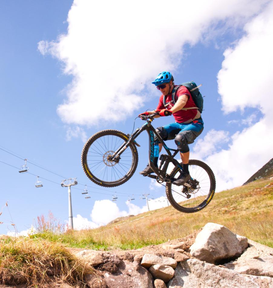 Biker beim Springen