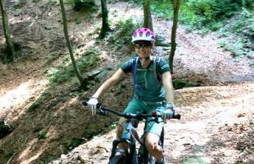 Bikerin auf Single Trail