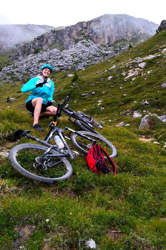 Bikerin beim Pause machen
