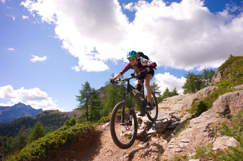 Bikerin auf Enduro Trail