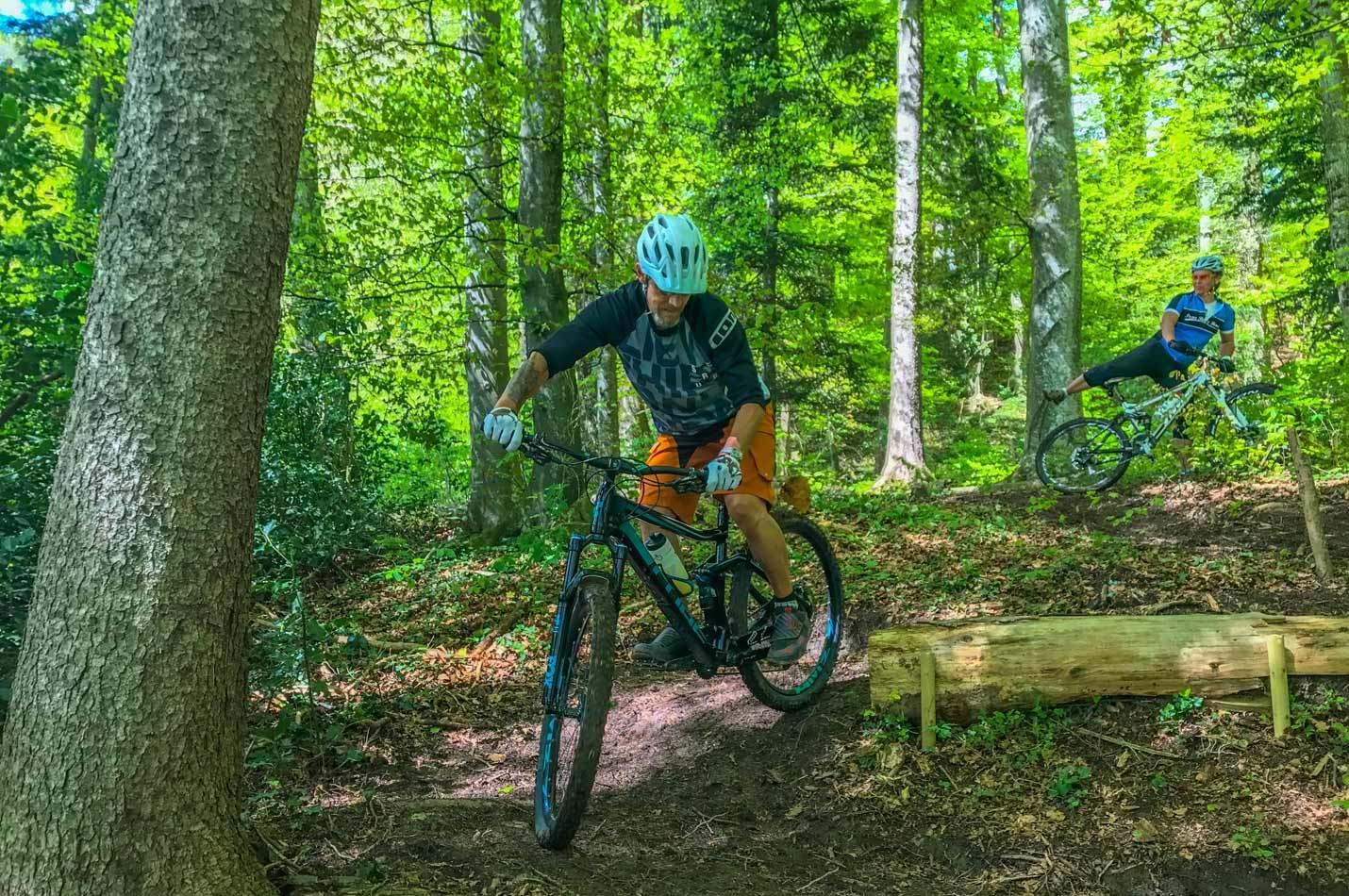 Fortgeschrittenen Bike Fahrtechnik Kurs mit Biker beim Serpentinen fahren üben