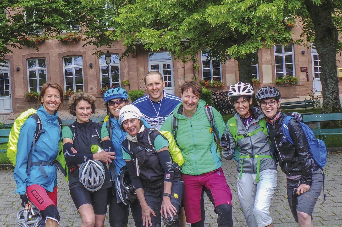 Elsass Frauen Bike Woche mit Gruppe posieren auf einer Ausfahrt