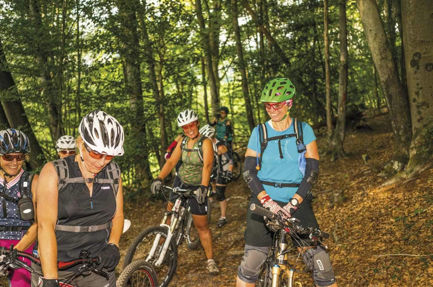 Frauen Bike Woche Gruppe auf einem Trail im Tessin