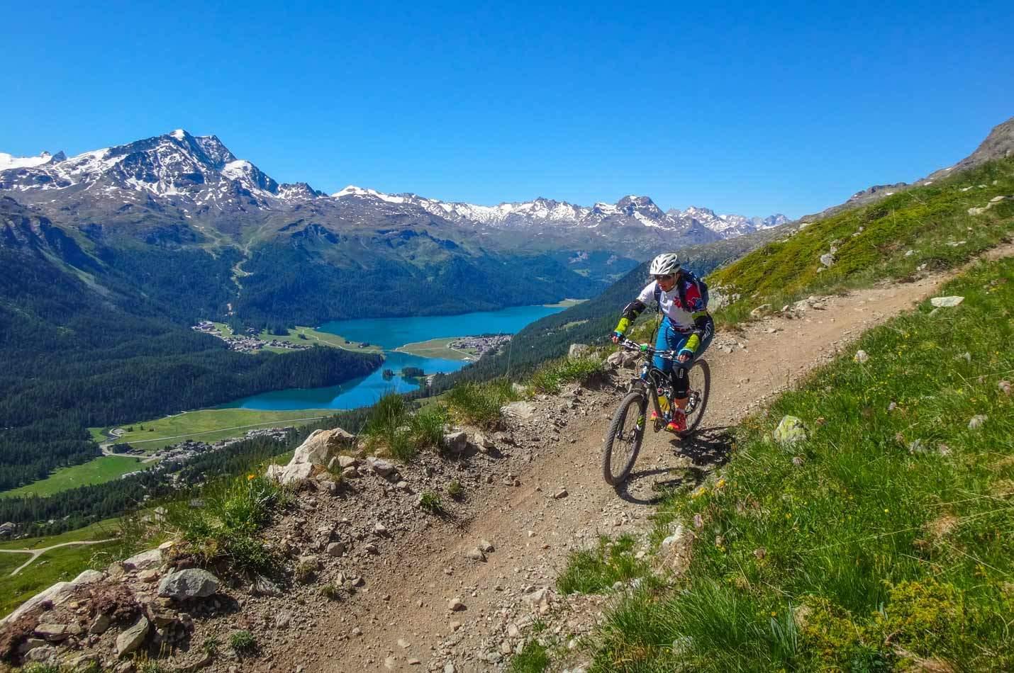 Ladies Celerina Wochenende mit einer Bikerin auf einem Flow Trail oberhalb der Engadiner Seen