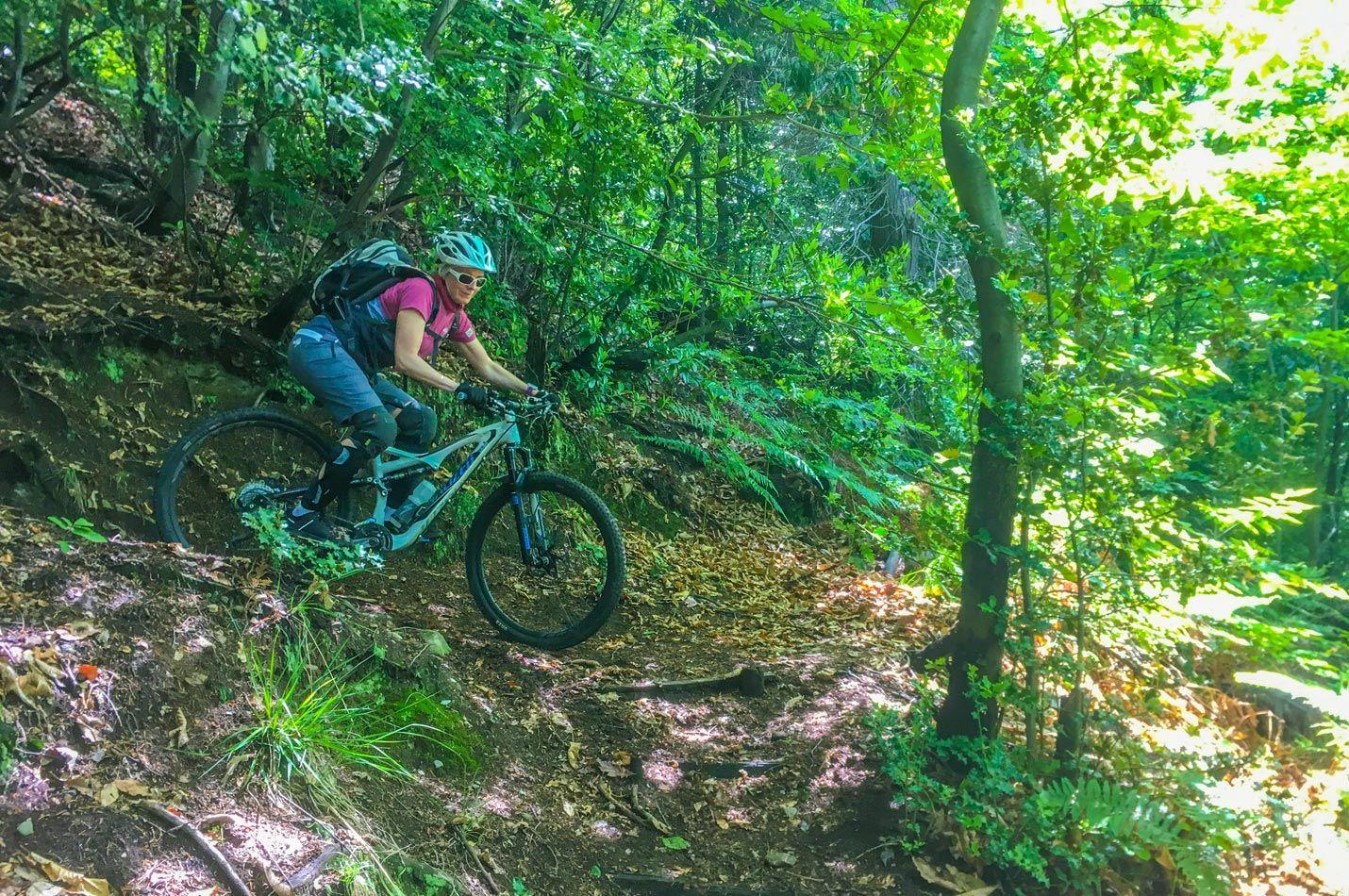 Frauen Singletrail Wochenend Kurs mit einer Bikerin beim Serpentinen Fahren