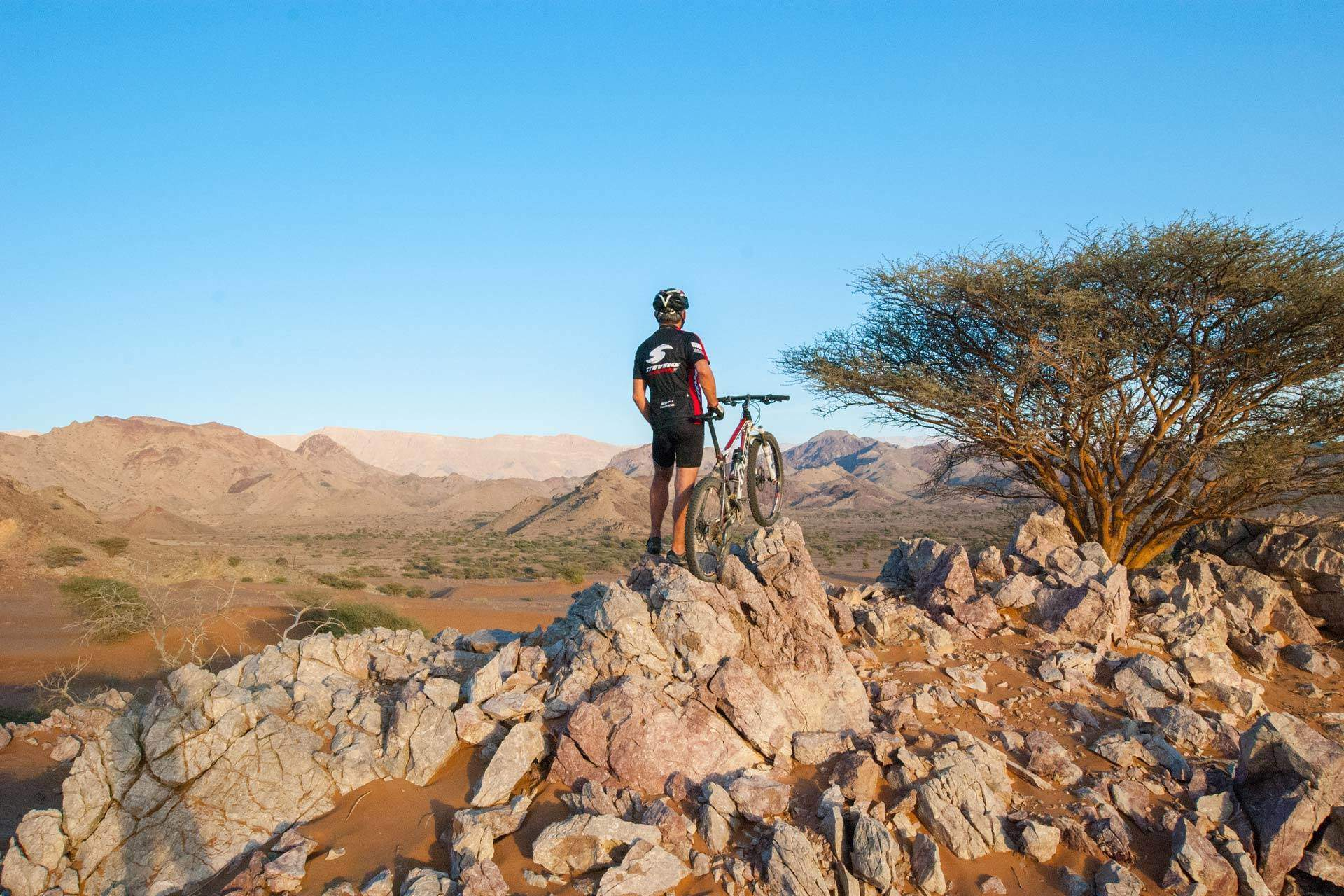 Biker im Oman by Swiss Bike Tours