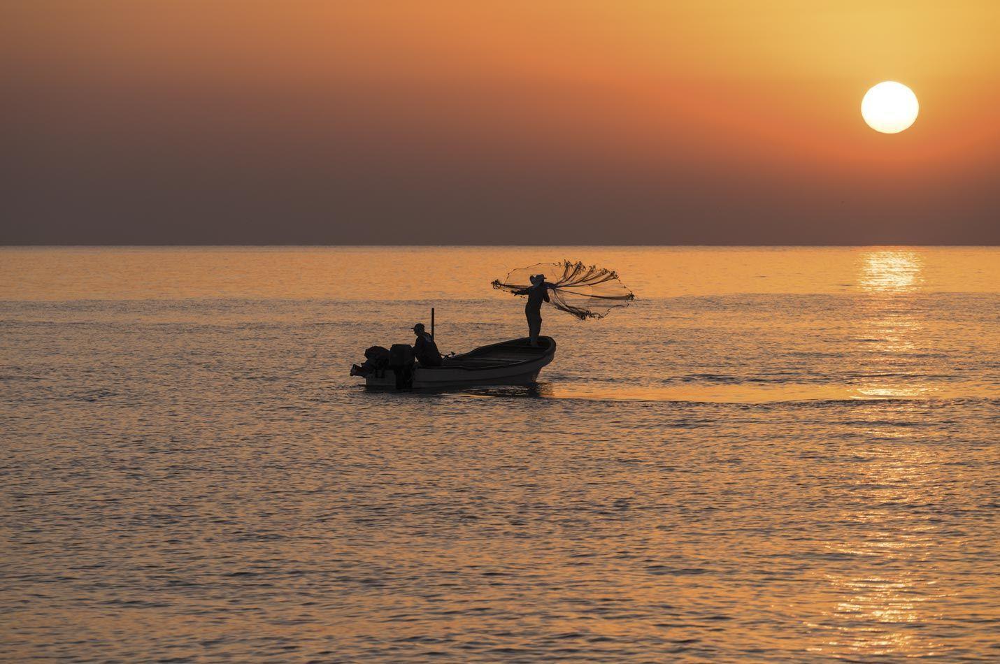 Fischer beim Netz auswerfen an der Oman Küsten Tour