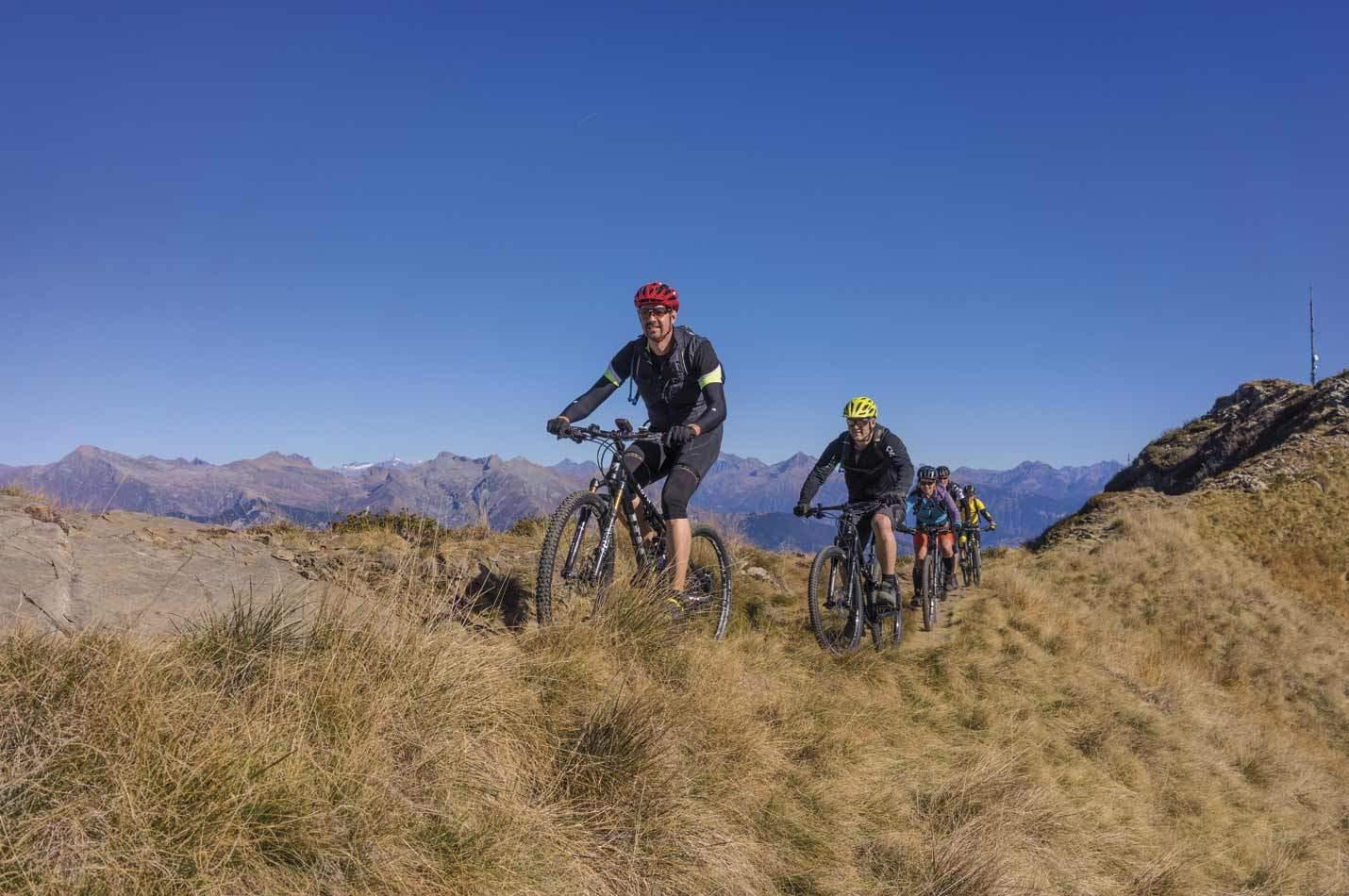 Süd Tessin Bike Woche mit Bike Gruppe auf einem Trail beim Monte Tamaro