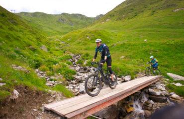 Bikerinnen in Bergwelt