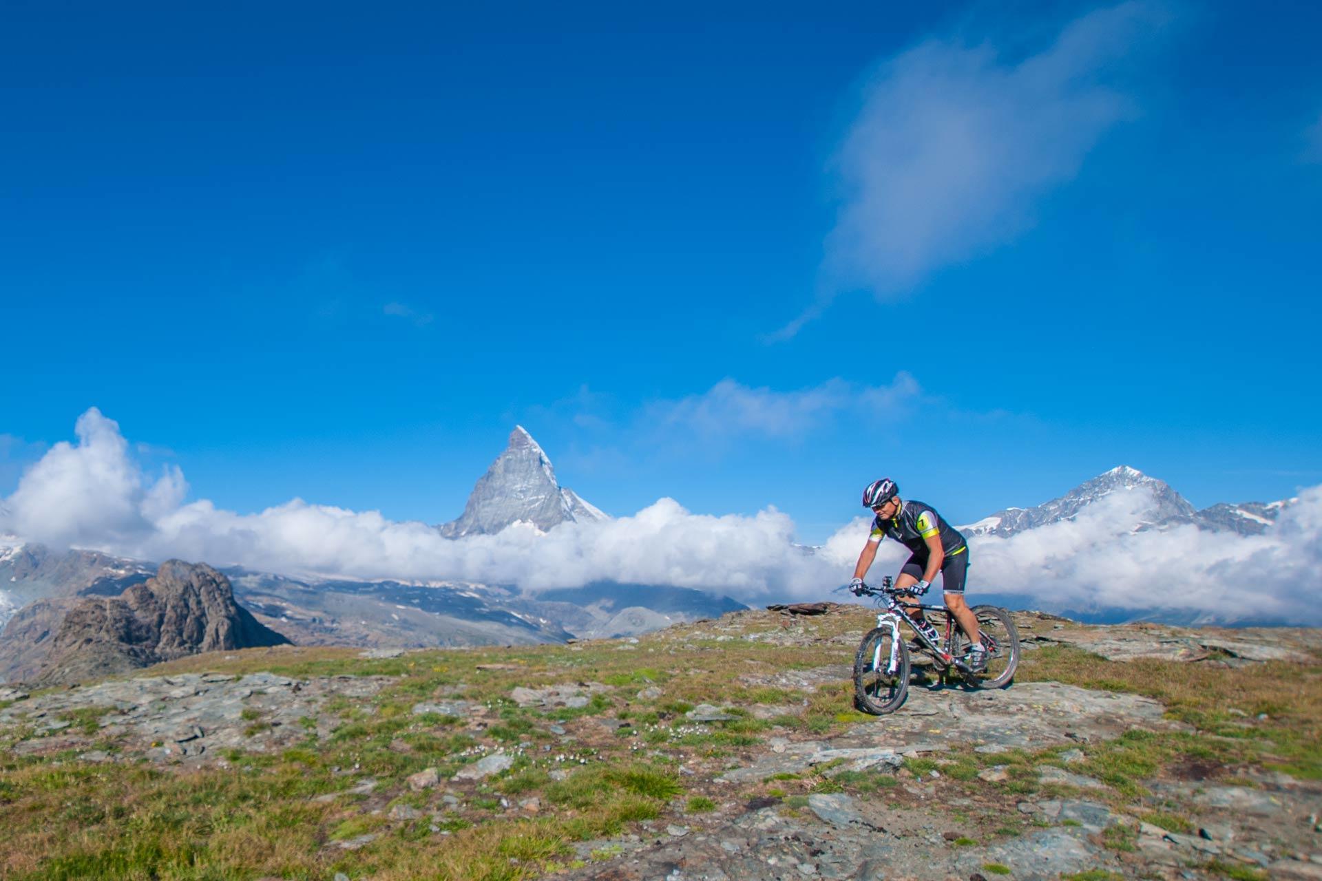 Ein Biker im Vordergrund das Matterhorn im Hintergrund