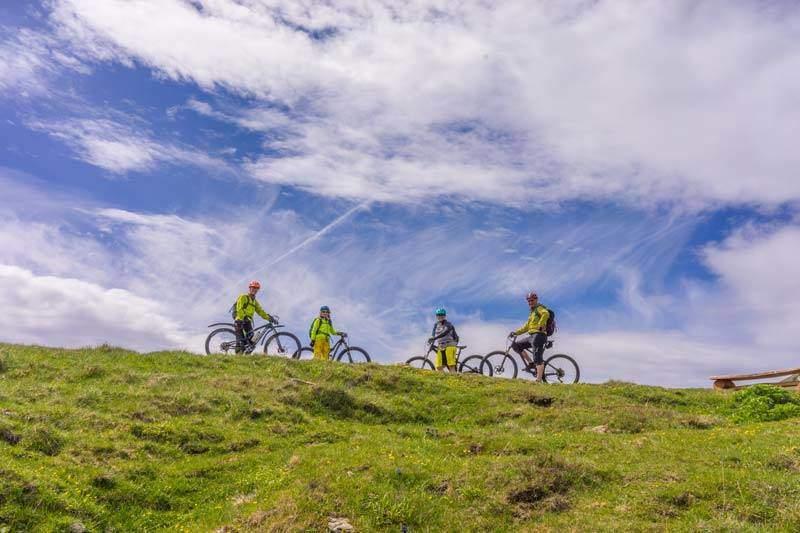 4 Biker auf einer Anhöhe