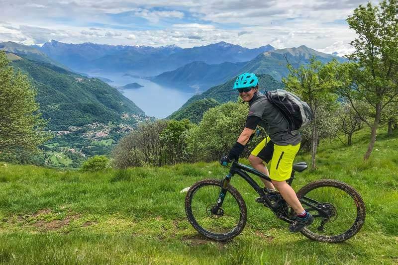 Bikerin oberhalb Lago di Como