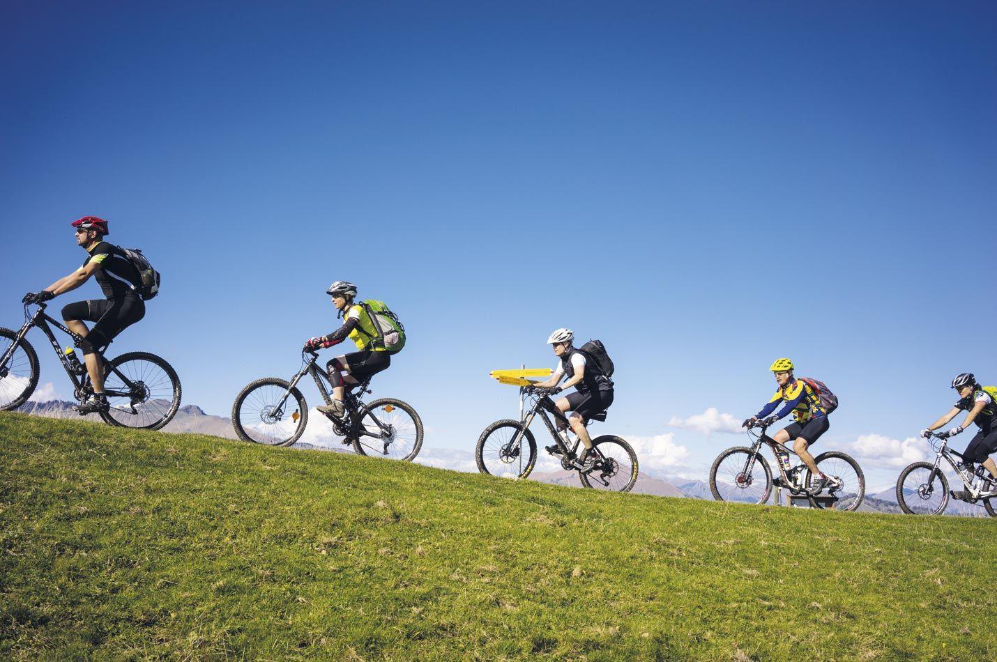Bike Gruppe auf einem Trail am Monte Generoso