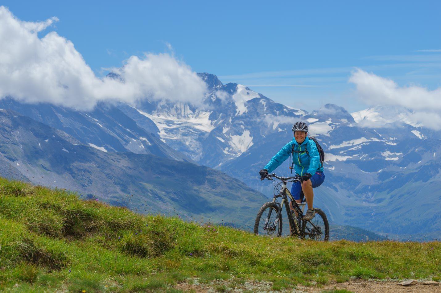 Bike Ferien Wallis Engadin Tessin einer Bikerin auf 2600müM