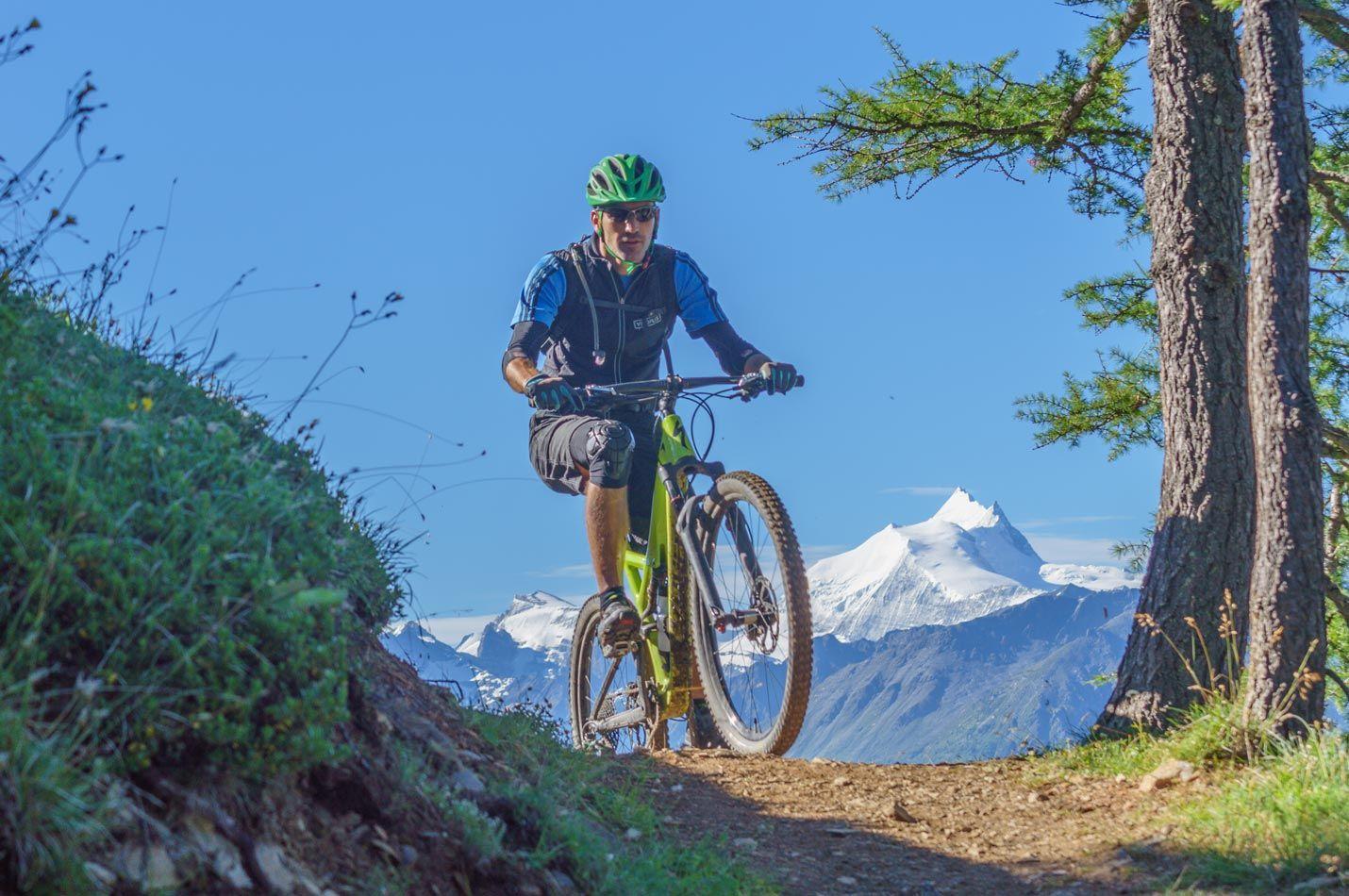 Wallis Wochenende mit einem Biker vor eindrücklichem Panorama