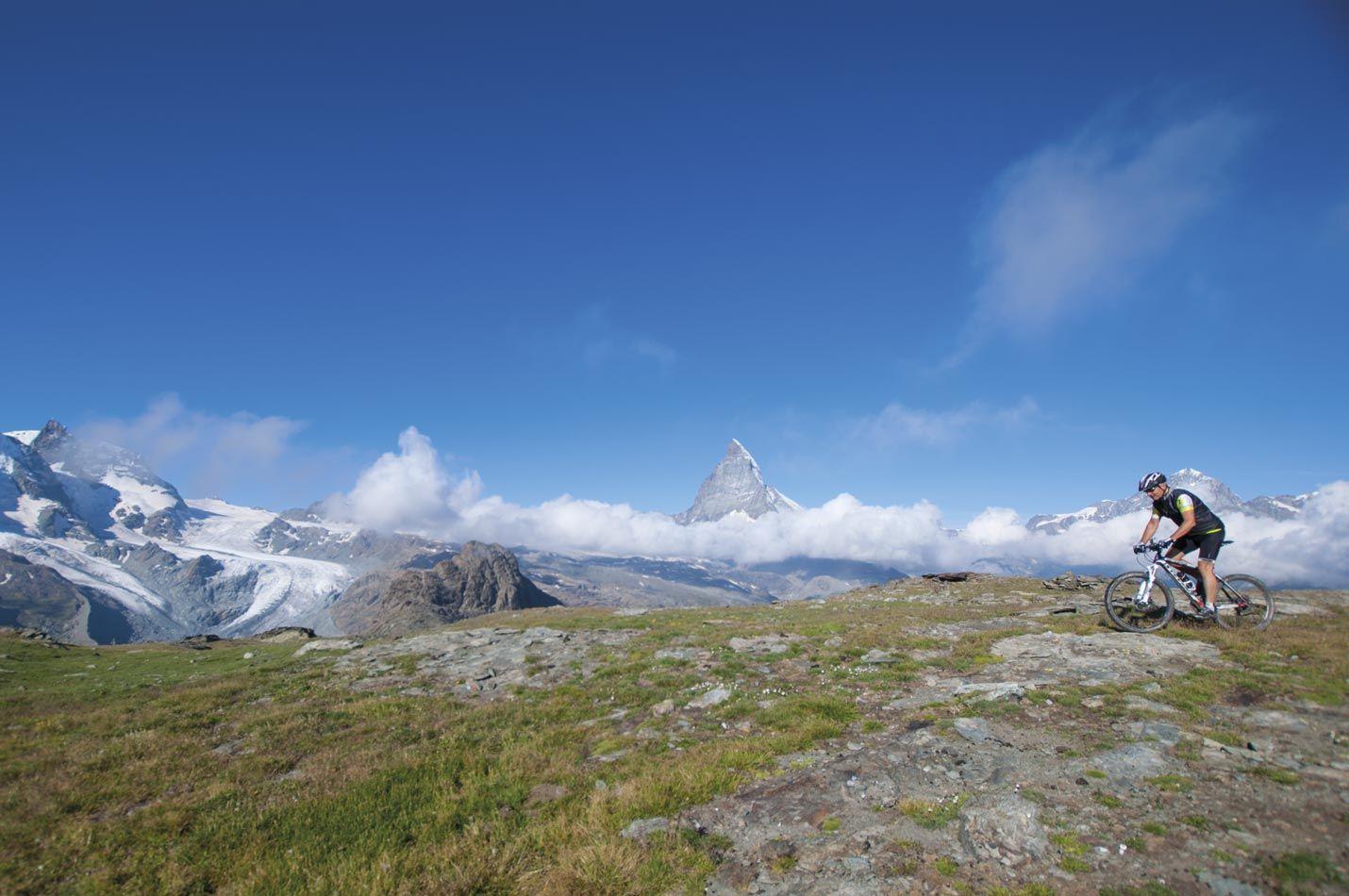 Wallis Bike Woche ein Biker im Vordergrund das Matterhorn im Hintergrund
